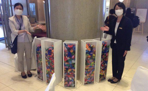 """新型コロナウイルスの影響による広島への平和学習を兼ねた修学旅行などの減少により、広島平和記念公園へ捧げられる折り鶴の数が少なくなっている現状から、""""ORIDURU"""" PEACE BOXを設置してくださっています。"""